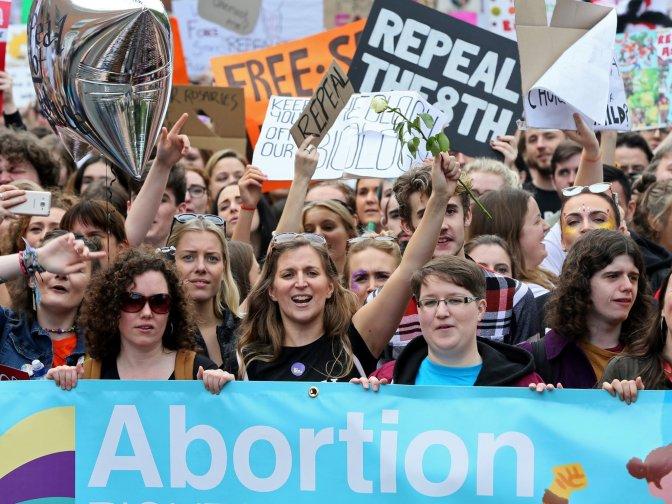El poder popular elimina la prohibició general de l'avortament a Irlanda