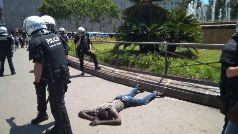 El vendedor ambulante en el suelo de plaza Catalunya
