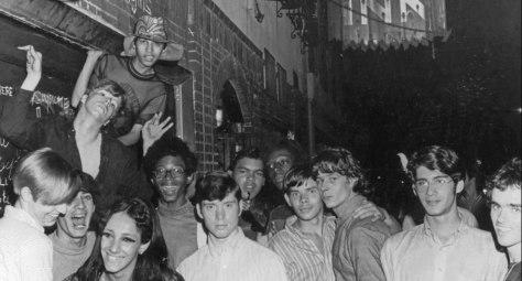 Noche: un grupo de jóvenes LGTBI+ en la calle delante del Stonewall Inn, New York.