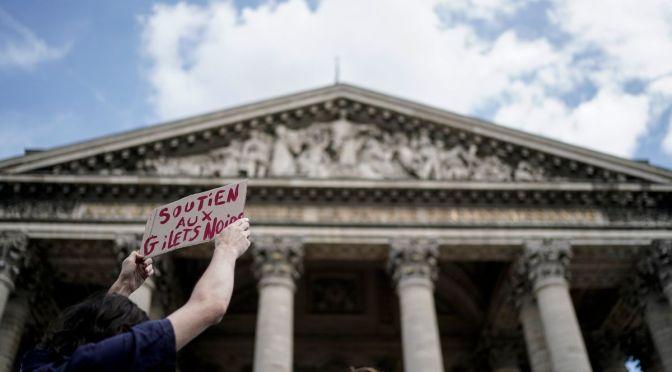 Repressió violenta contra el moviment de les armilles negres a París